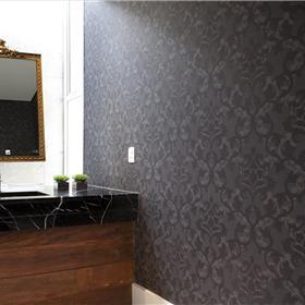 Papel de parede estampado com textura.
