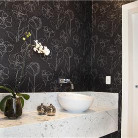 Papel de parede floral com textura em alto relevo.